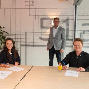 Caspar de Haan en Charlotte van Beuningen ondertekenen contract