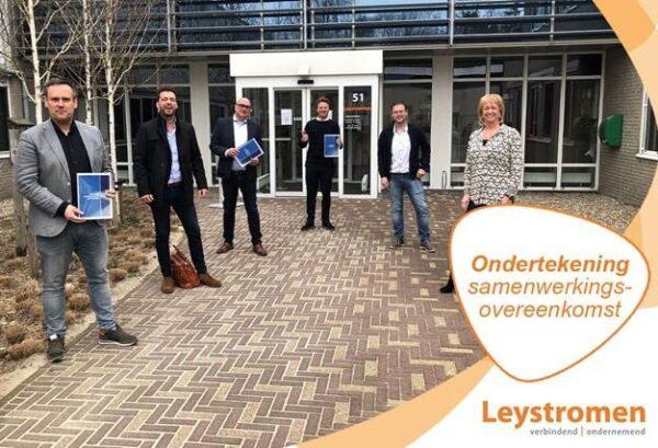 Caspar de Haan en Leystromen ondertekenen contract